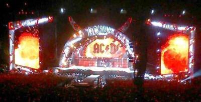 AC/DC llenan de energía el Calderón.