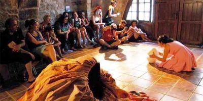 El teatro se cuela en las casas de los pueblos más recónditos.