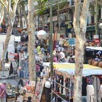 Pasear y comprar en el Rastro, cita obligada en Madrid.