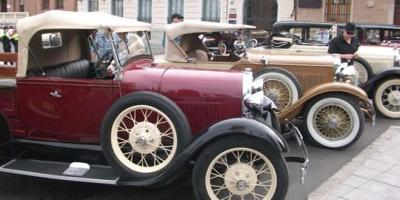 El comercio local se promociona con coches de época.