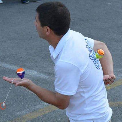 Campeones del mundo de peonza fomentan el juego entre niños madrileños.