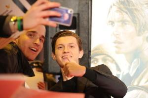 El actor Tom Holland atendió a los fans que asistieron al estreno. Foto: Carlos Bouza