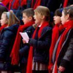 Mayores y pequeños cantan villancicos en el centro de Madrid