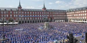 Más de 3000 personas practicando yoga en Plaza Mayor