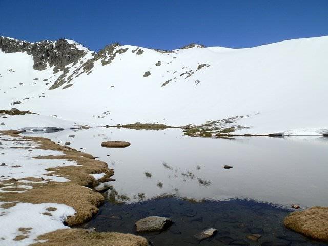 La laguna de los pájaros con nieve peñalara