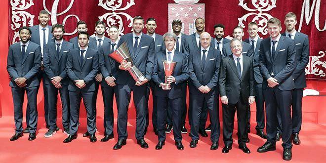 El Real Madrid ofrece su Copa de Europa a la Comunidad de Madrid. Foto. D. Sinova