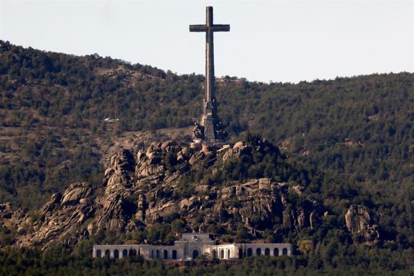 Exhumación franco valle caídos cruz