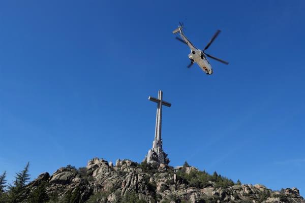 Exhumación franco valle caídos cruz y helicóptero
