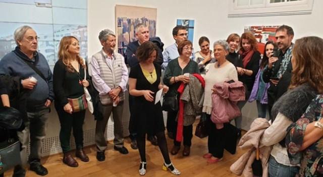 Elena Rey, comisaria de la exposición, presetnando Molinos y Gigantes en la galería Feel & Flow