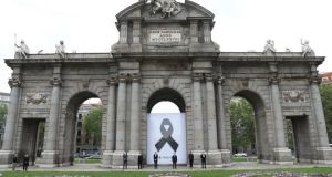 La Puerta de Alcalá se ha revestido con uncrespón negro en señal de luto