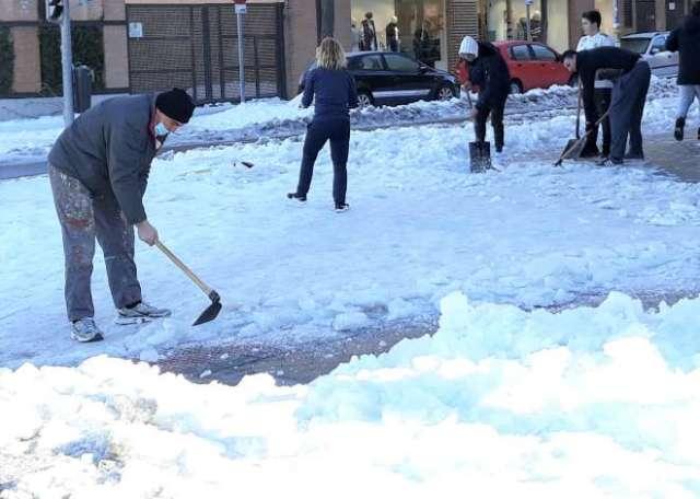 limpiando las calles nieve, lluvia inundaciones