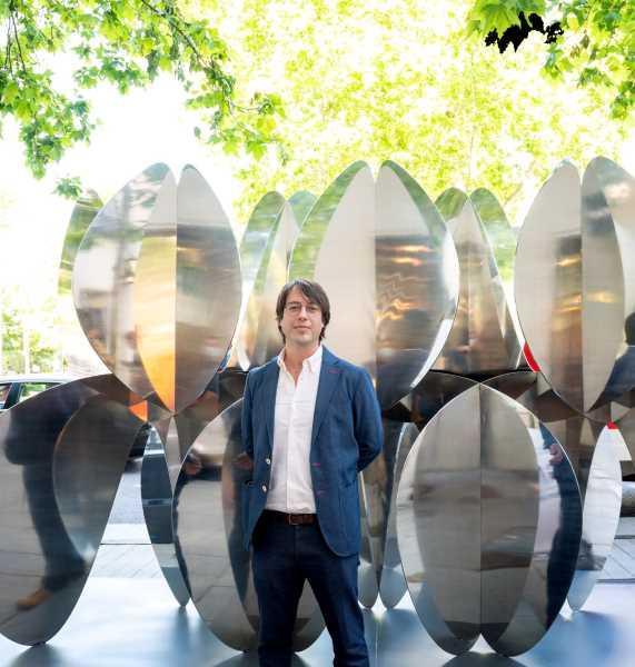 Alejandro Vega con su escultura lujosa