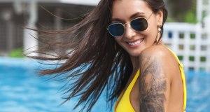 Chica con tatuajes en verano