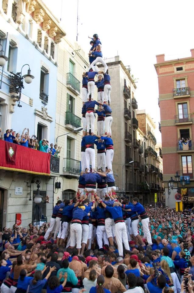Els Castellers de la Vila de Gràcia tornen a descarregar el 4de9f en la seva festa major (Foto CVG)