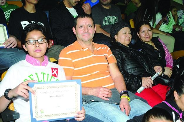 ➥➥ Premio a la dedicación escolar. Matt Martinez de la Excel Academy en East Boston muestra con orgullo su reconocimiento por el buen rendimiento escolar.