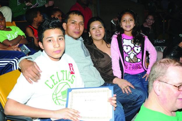 ➥➥ Felicidades a Jaime Castro de la Mario Umana Academy en East Boston, quien celebró junto con su familia sus triunfos académicos.
