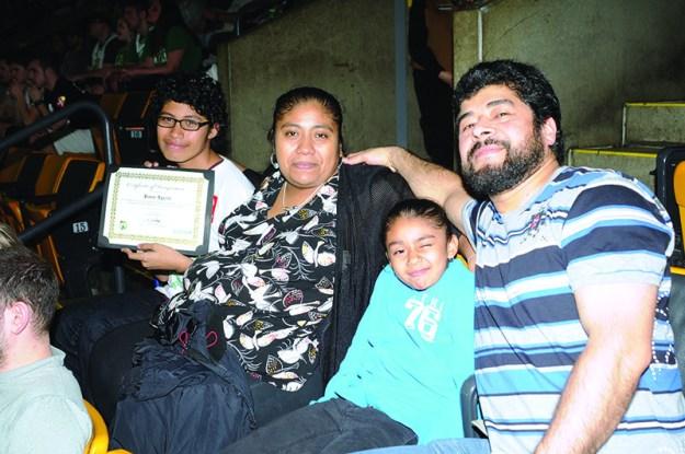 ➥➥ Reconocimiento a la excelencia. Los padres y hermanita de James Aguirre de la Excel Academy en East Boston acompañaron al joven estudiante a celebrar el sobresaliente rendimiento escolar.