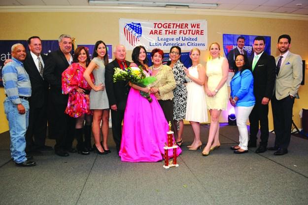 ➥➥ En el centro la nueva Señorita LULAC 2016 Mia Sandy de La Rocha junto con Regla Gonzalez, LULAC Scholarship Chair y miembros del jurado calificador.