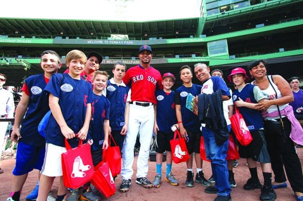 ➥➥ Niños de la Liga Roberto Clemente con Xander Bogaerts @Fenway Park. Foto: Red Sox.