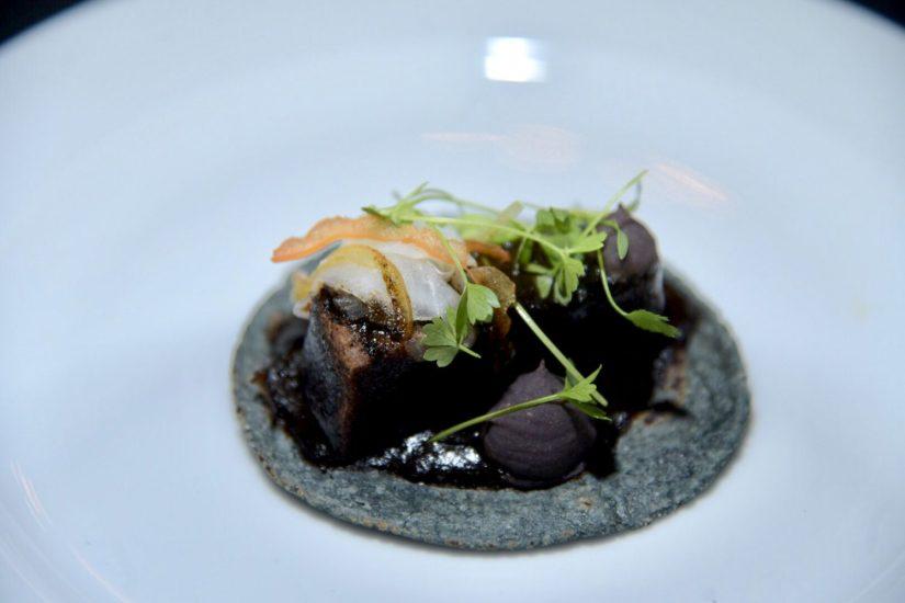 Taco de lengüa y chicharrón negro de Edgar Muñoz