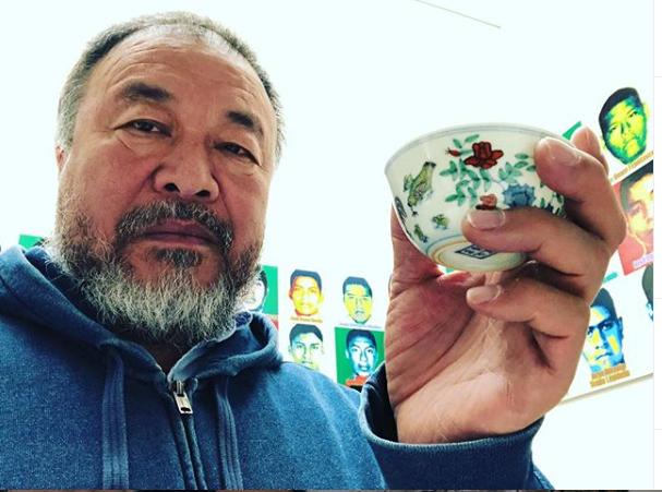 Ai Weiwei durante el montaje de Restablecer Memorias