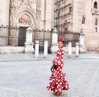 Jimena González Yuste paseando por las calles de Sevilla