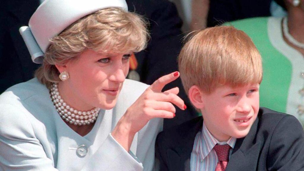 Lady Di con el príncipe Harry.