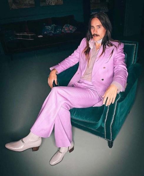 Jared Leto en un traje morado Gucci.