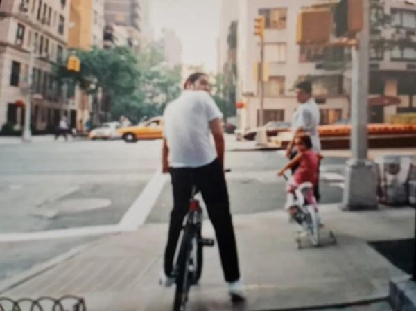 Pablo Moctezuma disfrutando de un paseo en bici con sus hijos
