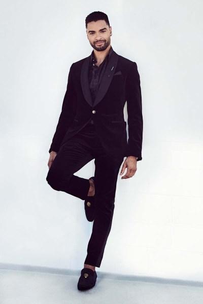 Rege Jean-Page en un conjunto de Matthew Brookes de Louis Vuitton.