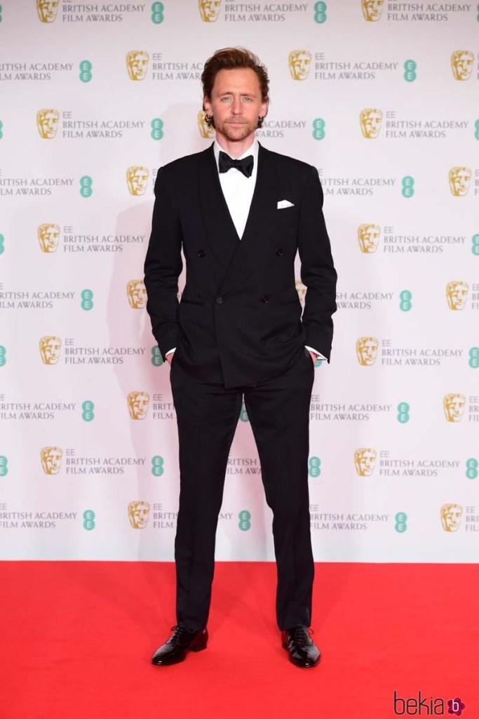 BAFTA 2021: Todo el outfit de Tom Hiddleston es Ralph Lauren Purple Label.