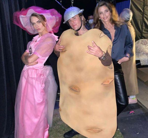 ¿Ya vieron quien mas estuvo invitado? Cindy Crawford y Justin Bieber, quien como Delevingne creció viendo la serie.