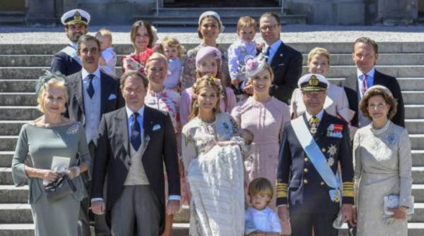 La familia real, reunidos para el bautizo de Adrienne, en 2018