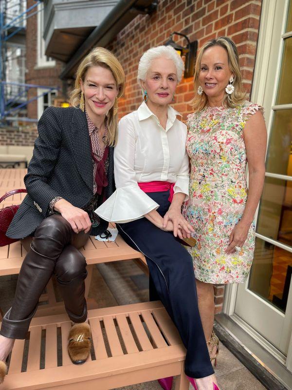 Julie Macklowe, Carolina Herrera y Yaz Hernández en su festejo en Sutton Square.