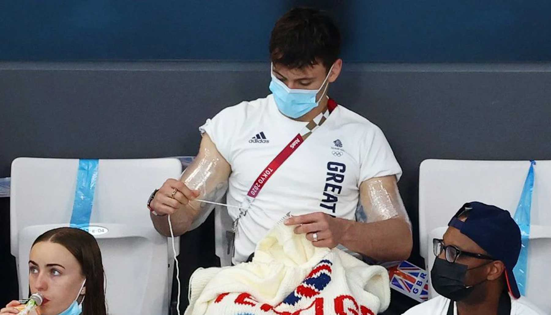 Tom Daley conquista con sus habilidades para tejer en Tokio 2020