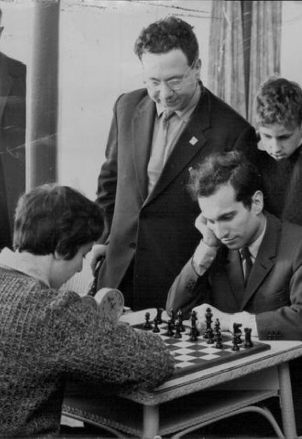 Nona Gaprindashvili, entonces campeona mundial rusa de 22 años, se enfrenta al Gran Maestro ruso Mikhail Tal de 27 años en 1963.