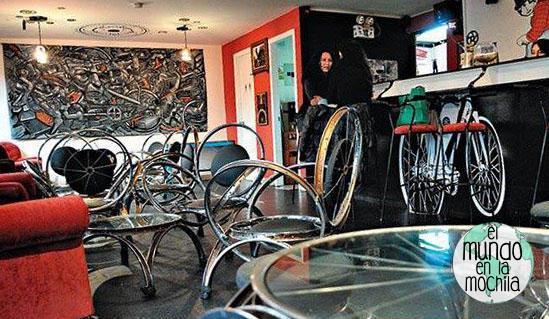 El bar La Cleta, cuyo mobiliario está hecho con piezas de bicicletas