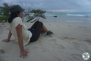 Gaby en la playa de Isabela elmundoenlamochila.com