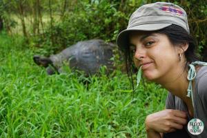 Gaby y tortuga galápago elmundoenlamochila.com