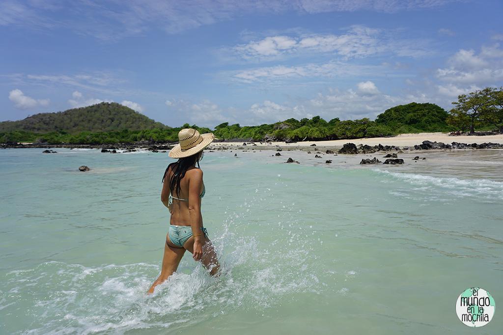 Gaby sale del agua de la playa de Garrapatero rápidamente, para que no se la coman los tábanos