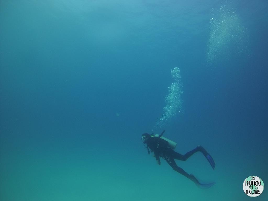 Peter en el gran azul de Galápagos, hiperventilando y echando burbujas como loco