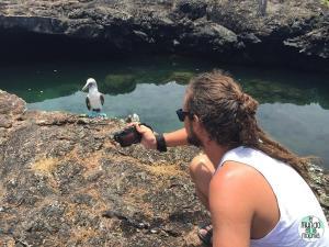 Foto de Peter fotografiando piquero de patas azules elmundoenlamochila.com