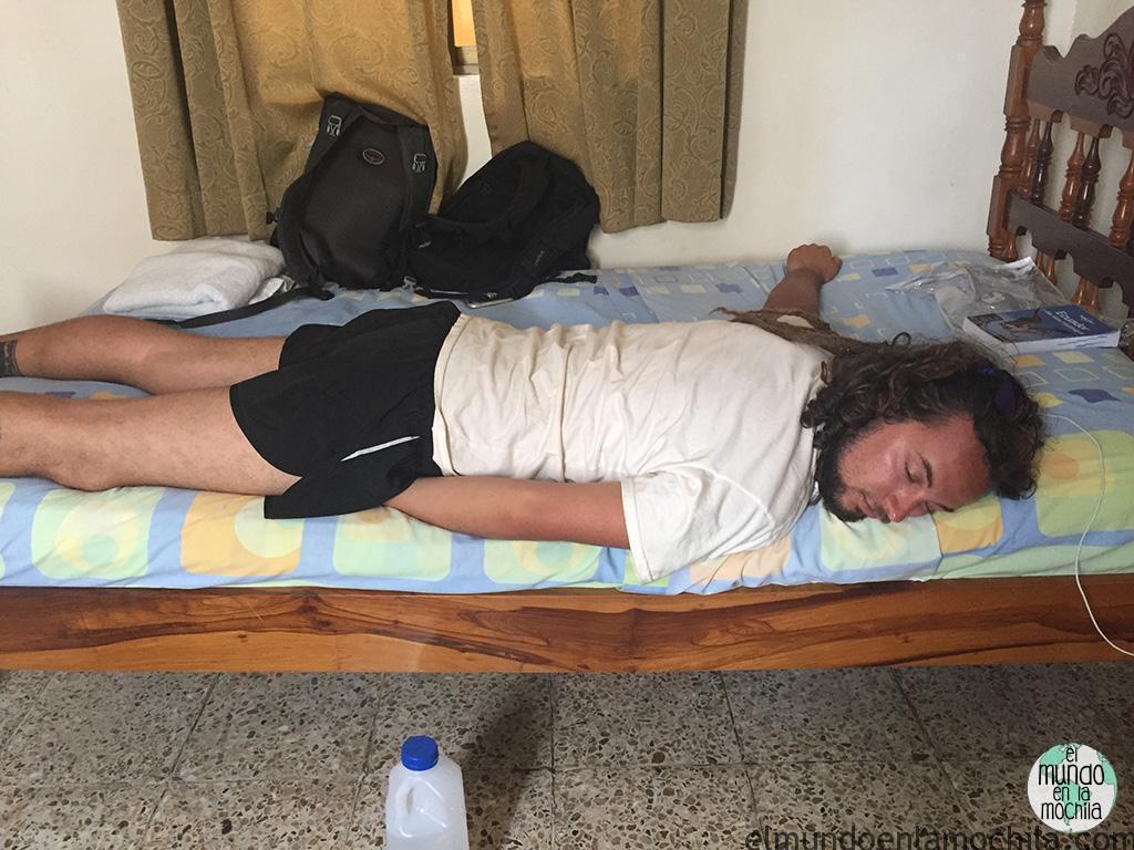 Peter durmiendo en un hostal de Galápagos