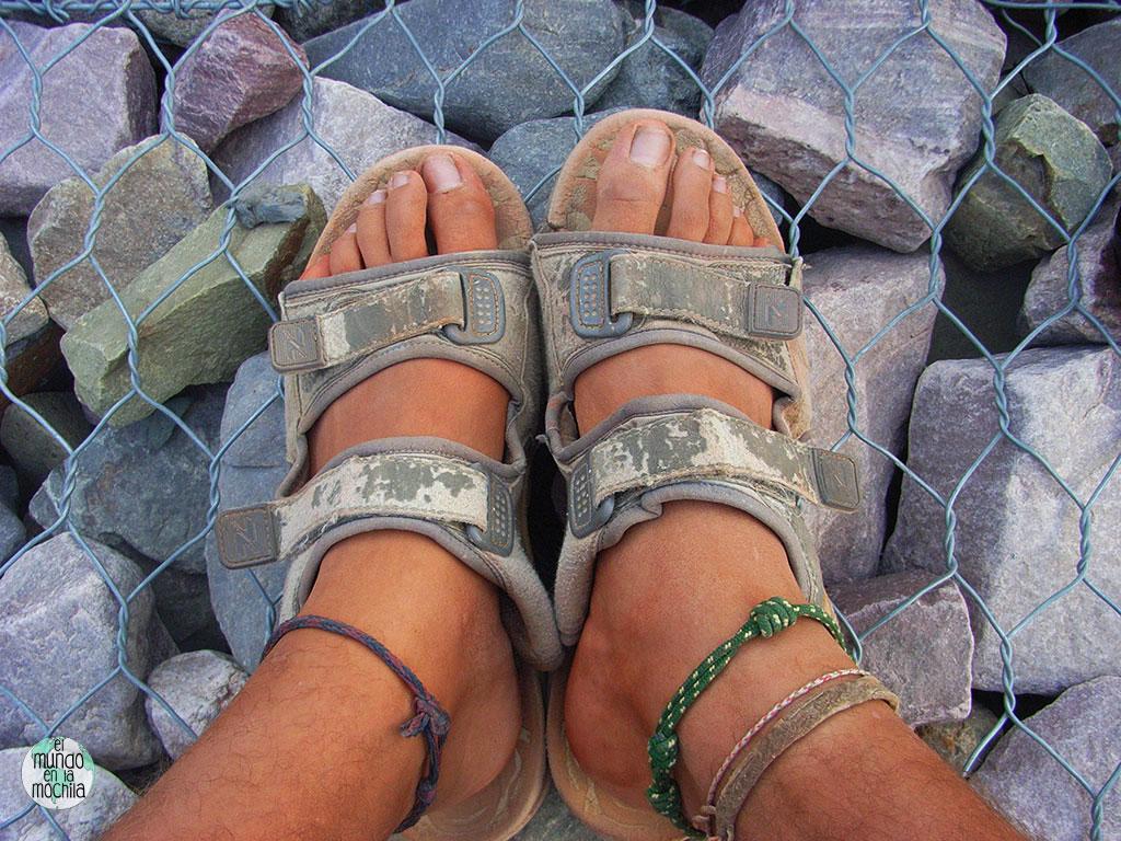 Detalle de los pies de Peter con unas viejas sandalias
