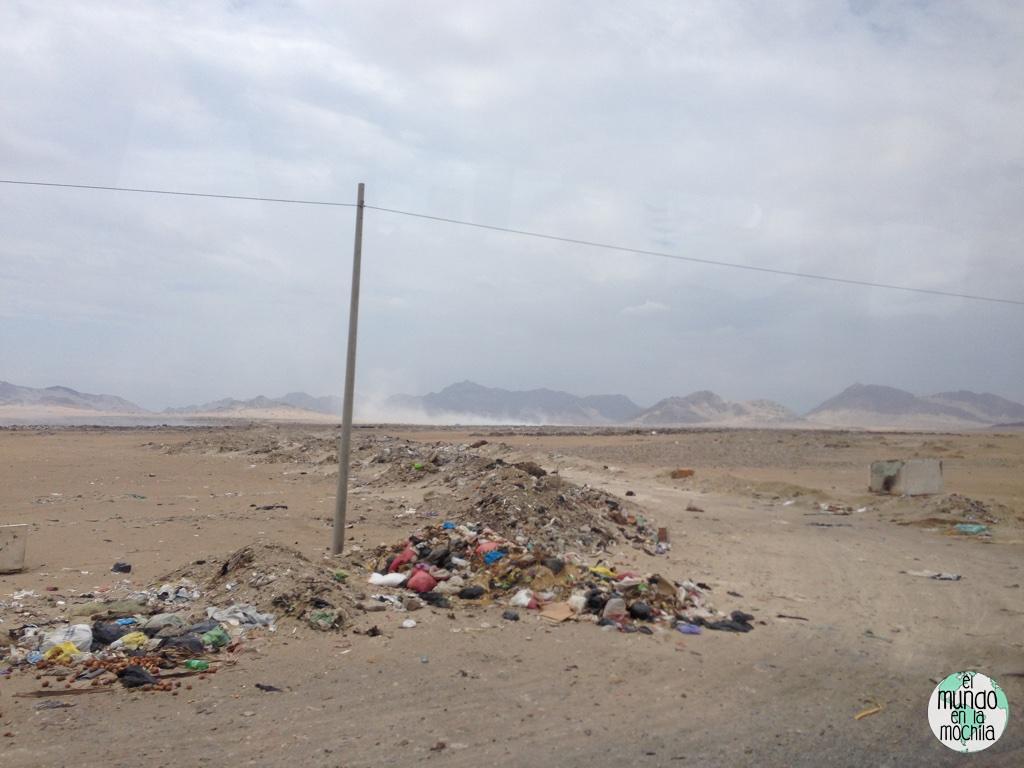 Basura en el camino de Chiclayo a Trujillo en medio del desierto
