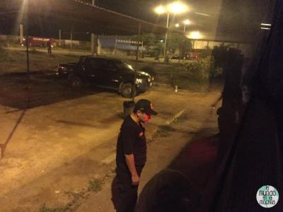 policía peruano junto al maletero de un bus que cruza la frontera de Ecuador con Perú en la noche