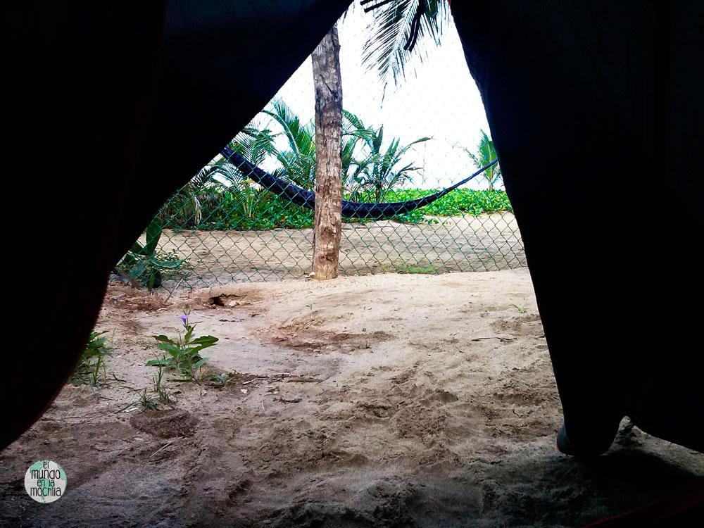 Vistas a la playa desde el interior de nuestra tienda de campaña para mochileros