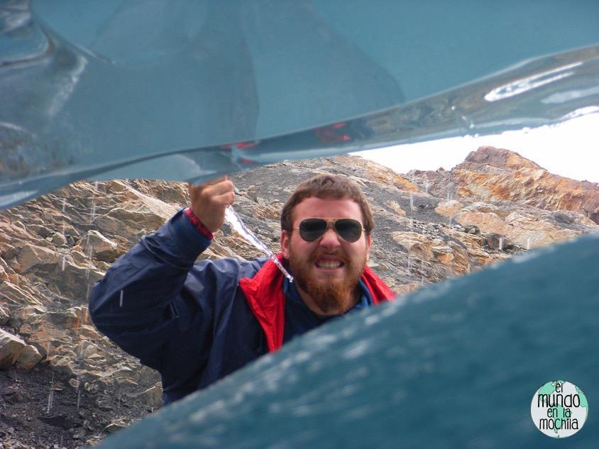 Nacho amenaza con una estalactita de hielo a través de una cueva de hielo