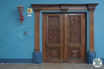 Un portal de madera sobre una pared azul en Barranco, Lima Perú