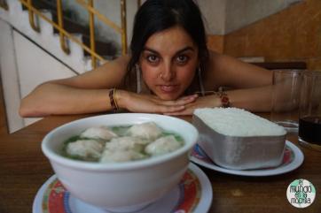 Gaby tras de su plato de sopa en restaurante chino
